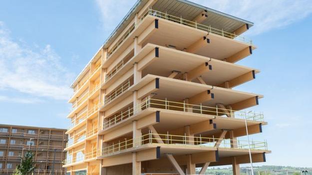 Under andra kvartalet var produktionen av den kommersiella byggnaden och lägenhetsmodulerna i Mjøskanten i Brumunddal i full gång. Bild från maj 2021.