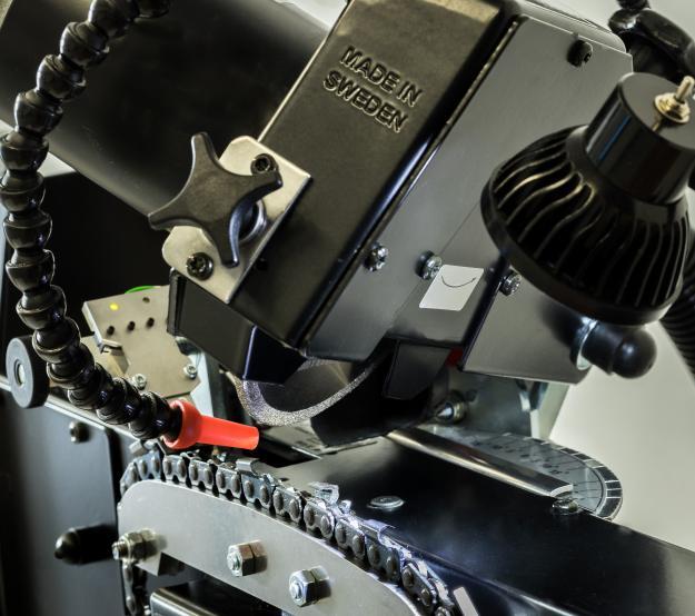 Det unika med Sensomatic är den patenterade avkännarmodulen som indikerar vilken ställning följande tand har varefter den slipas på tre ytor – skärtand, botten och ryttare.