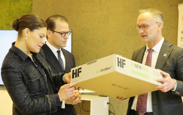 Markus Mannström, divisionschef, Stora Enso visar den vattentäta wellpappförpackningen EcoFishBox, som är ett miljövänligt alternativ till de EPS-lådor som ofta används inom fiskindustrin.