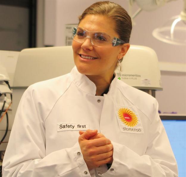 Kronprinsessan Victoria vid den guidade turen på laboratorierna.