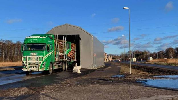 Som mest rullar en lastbil varannan minut genom mätningshallen i Värö.