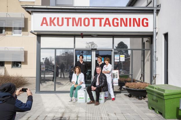 Tomas Nilsson överlämnar handsprit till Karin Söderberg från Örnsköldsviks sjukhus.
