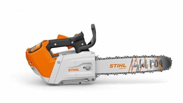 Den batteridrivna motorsågen STIHL MSA 220 TC-O kännetecknas av sin höga prestanda i kombination med kompakta dimensioner, vilket gör den till ett idealiskt verktyg för professionell trädvård.