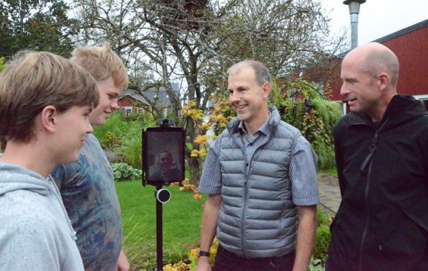 Mattias Dahlman och Olle Larsson, elever på Naturbruksskolan Sötåsen, tillsammans med Jörgen Holmén, projektledare och Peter Ågren, IKT-pedagog. På robotens skärm skymtas Kent Karlsson, IT-tekniker.