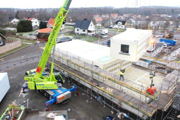 Första leveranserna av färdiga husvolymer från Deromes nya husfabrik i Värö lyfts på plats i Träslövs trädgårdsstad i Varberg.