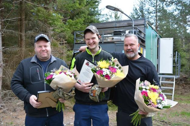 Sveriges bästa maskinlag, Granvikslaget, med blommor och diplom. Från vänster: Skördarförarna Krister Lundin och Henrik Magnusson samt skotarförare Andreas Johansson.