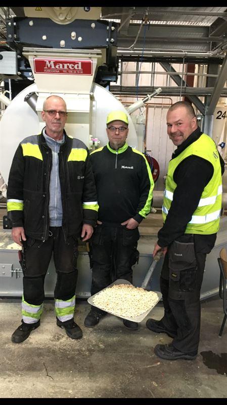 Första pelletsleveransen på väg från Långasjö. Från vänster Bo Lindqvist, Södra, Magnus Larsson, Mared och Henrik Andersson, Mared.