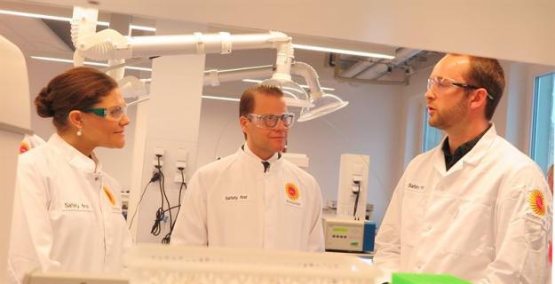 Vid besöket på Stora Ensos innovationscenter ingick även en guidad tur på några av företaget laboratorier. David Masson, labingenjör, Stora Enso berättar om några av de tester som utförs på laboratorierna.