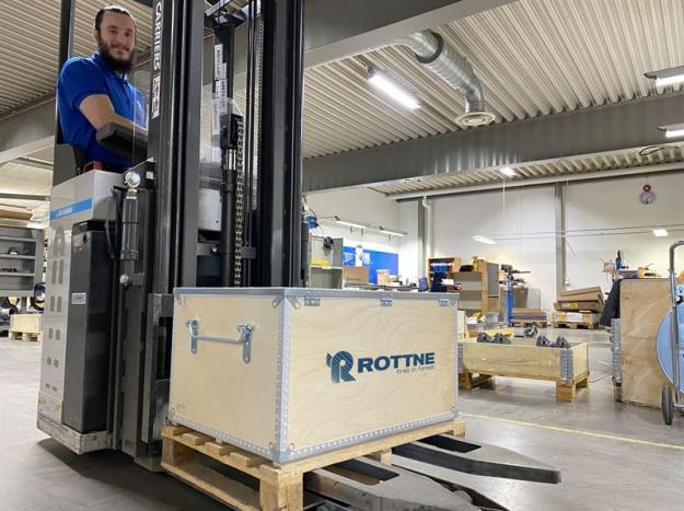 Rottne Industri AB har arbetat fram två reservdels-kit som nu finns för omgående leverans. Gabriel Chabay på Rottne ser till att utrustningen når sina kunder.