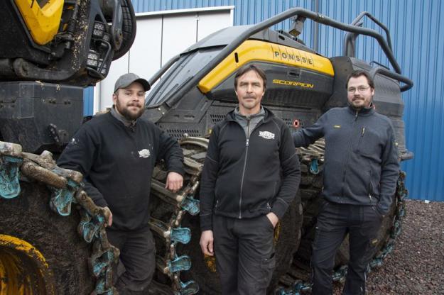 Daniel Nilsson, Per-Erik Mossfeldt och Mikael Fredriksson servar Ponsse-maskiner i Värmland med omnejd. På bilden saknas serviceteknikern William Mossfeldt.