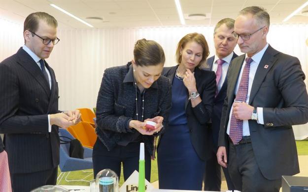 Startupföretaget Sulapac och Stora Enso har ett nära samarbete och utvecklar produkter tillsammans för att bekämpa det globala problemet med plastavfall. Kronprinsessan håller i en hållbar kosmetikaförpackning och Prins Daniel i ett förnybart och biologiskt nedbrytbart sugrör, som är några av de senaste produkterna. Fr v Prins Daniel, Kronprinsessan Victoria, Ulrika Lilja, Kommunikationsdirektör, Stora Enso, Per Lyrvall, Sverigechef, Stora Enso och Markus Mannström, Divisionschef, Stora Enso.